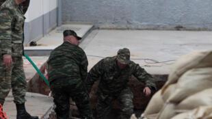 Militares gregos inspecionam local onde foi encontrada uma bomba de 250 kg da Segunda Guerra Mundial.