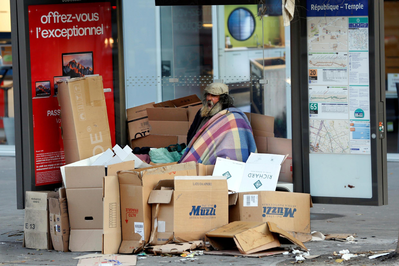 Um sem-teto nas ruas de Paris