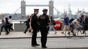 Cảnh sát Anh bảo vệ an ninh trên cầu Luân Đôn, ngày 05/06/2017.