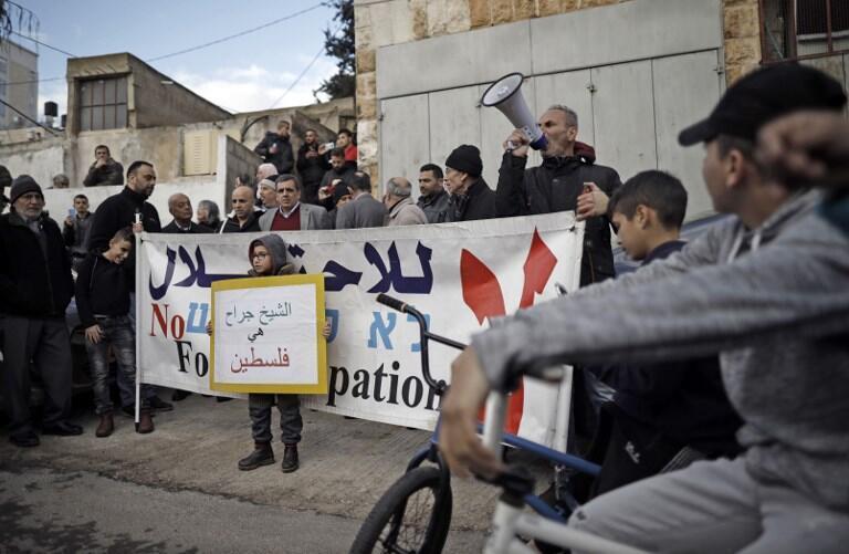 Des militants pour la paix scandent des slogans près de la maison de la famille Sabbagh menacée d'expulsion à la mi-février, dans le quartier de Sheikh Jarrah de Jérusalem-Est, le 18 janvier 2019.