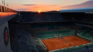 Vista de la cancha Philippe Chatrier de París, durante el partido entre el suizo Roger Federer y el alemán Dominik Koepfer por la tercera ronda de Roland Garros el 5 de junio de 2021