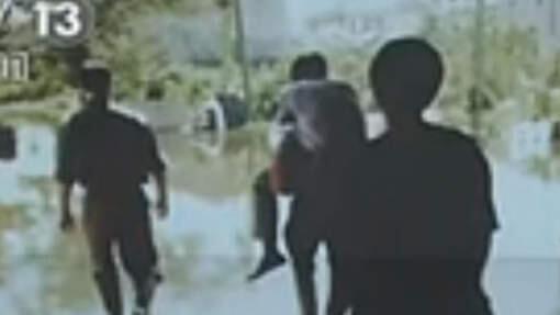 Quan chức bắt dân cõng để khỏi dơ đôi giày hàng hiệu (DR)