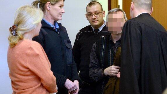 Супруги Аншлаг в суде Штудгарта (лица скрыты)