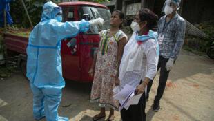Wafanyakazi wa afya nchini India wakichukua vipimo vya COVID-19 kwa raia wa nchi hiyo tarehe  29, Agosti 2020.