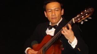 Nguyễn Lê Tuyên tại buổi diễn « Tam giác Âm nhạc Úc Pháp Việt » ở Paris 10/2010.