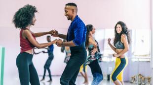 Danser régulièrement produit les mêmes effets qu'un sport d'endurance. Nous musclons notre cœur, augmentons nos capacités respiratoires, améliorons notre circulation sanguine