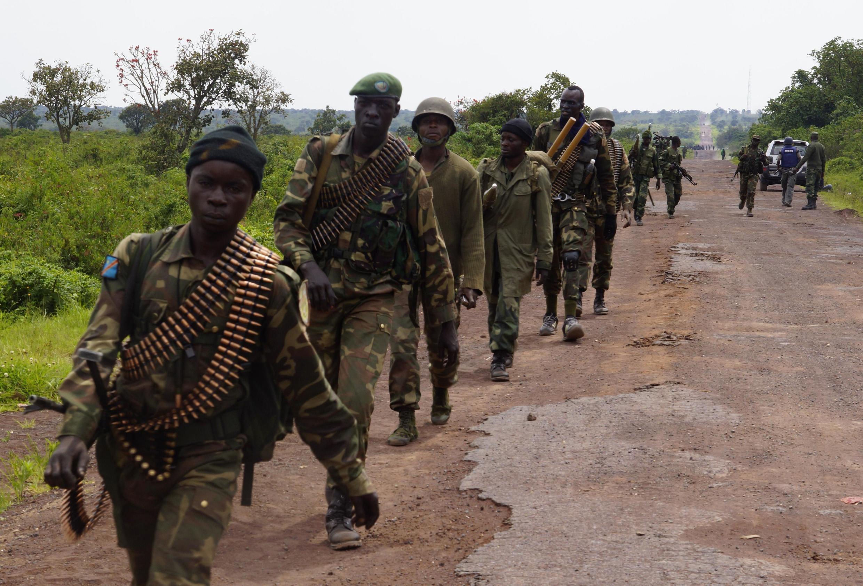 Une colonne de militaires des forces congolaises progresse à proximité de Kibumba, au nord de Goma (archives).