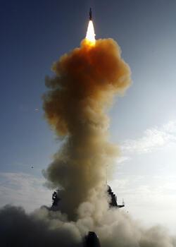 Le Standard missile 3 (ou SM 3), un missile traditionnellement utilisé pour la défense antimissile, a été expérimenté en 2008 par les Etats-Unis, pour détruire un de leurs satellites espions en perdition.