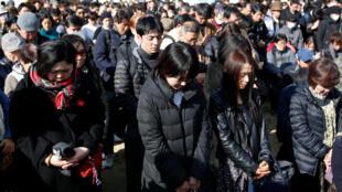 Japoneses realizaram um minuto de silêncio às às 14h46 do horário local (2h46 em Brasília), hora exata em que o terremoto de magnitude 9 sacudiu o país em 11 de março de 2011.