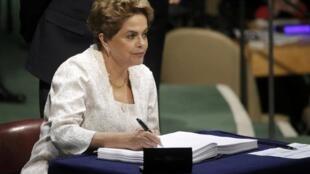 A presidente brasileira Dilma Rousseff, ao assinar o Acordo do Clima de Paris na sede da ONU em Nova York, nesta sexta-feira (22).