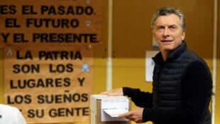 O presidente argentino Maurício Macri vota nas primárias para as eleições legislativas de outubro de 2017.