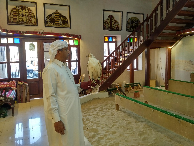 Un entrenador de halcones en el Souq Waqif. Doha, Catar, septiembre de 2017.