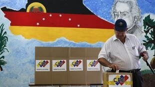 Eleitor vota nas eleições municipais na Venezuela neste domingo, 8 de dezembro de 2013.
