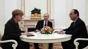 François Hollande (kulia), Angela Merkel (kushoto) na Vladimir Putin (katikati), wakati wa mazungumzo yao kwa ajili ya mpango wa amani Ukraine, katika mji wa Moscow, tarehe 6 Februari mwaka 2015.
