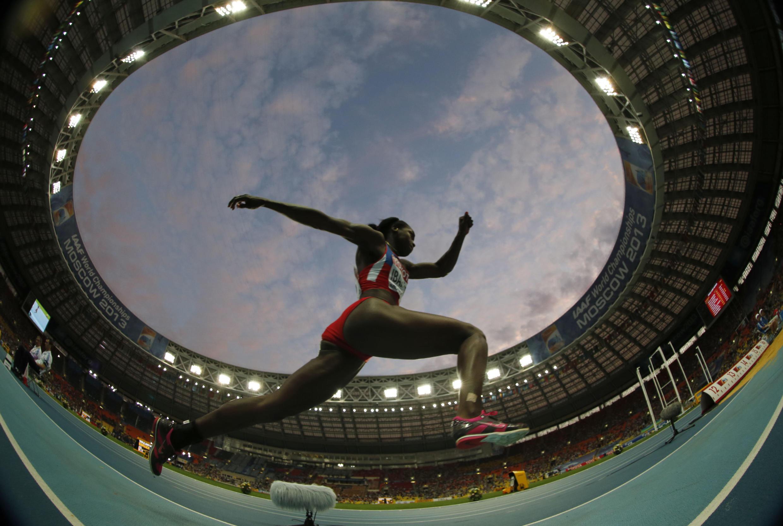 La colombiana Caterine Ibargüen durante el salto que le dio la victoria en los Mundiales de Atletismo en Moscú, el 15 de agosto de 2013.
