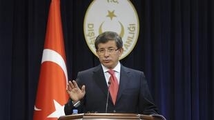 O ministro turco das Relações Exteriores, Ahmet Davutoglu, anuncia em Ankara a expulsão do embaixador israelense.