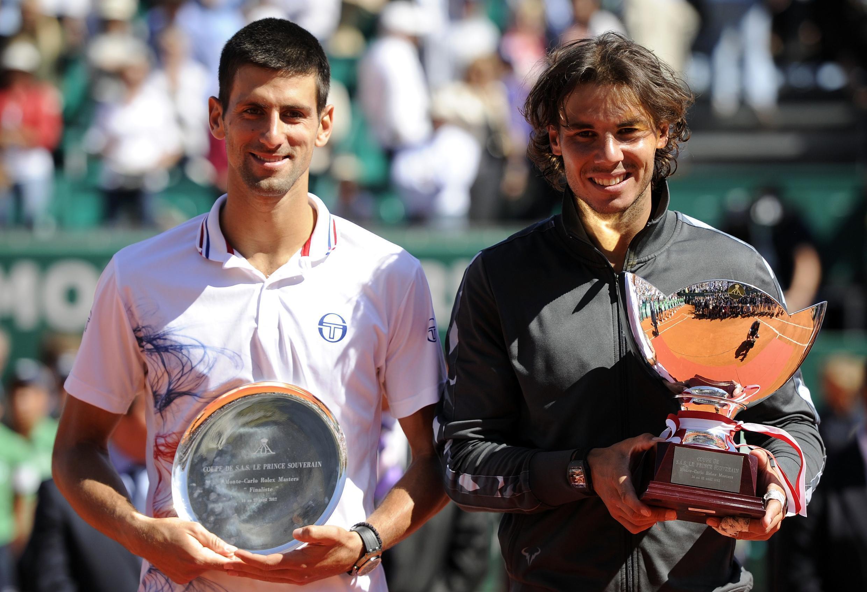 Rafael Nadal (kulia) akiwa na Novak Djokovic (kushoto) wakiwa na vikombe vya kwenye mashindano ya Monte