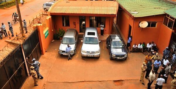 Polisi nchini Uganda wakiwa wamezifunga ofisi za Gazeti la Daily Monitor zilizopo katika eneo la Namuwongo, Kampala