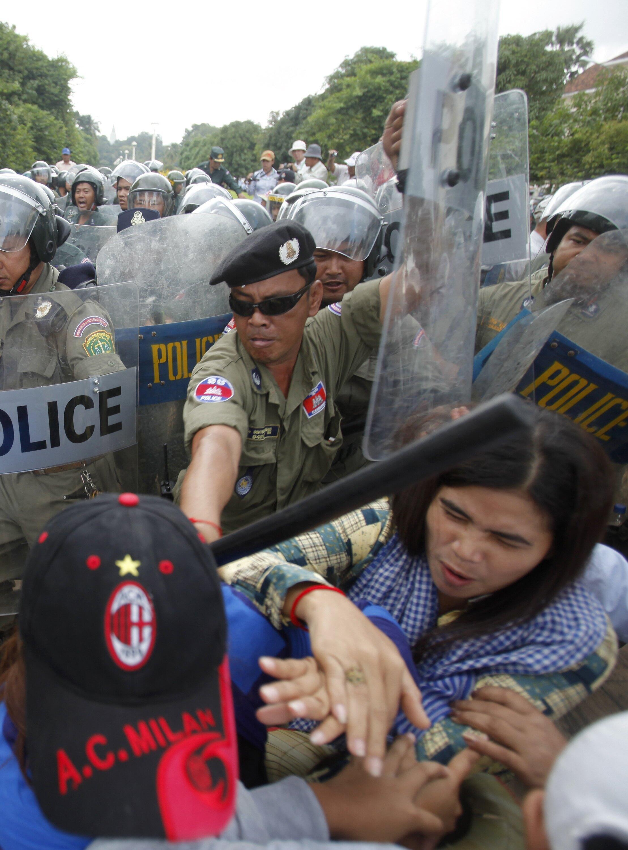 """Xung đột giữa cảnh sát và """"dân oan"""" Cam Bốt trước Tòa Đô Chính, Phnom Penh, 17/10/2013"""
