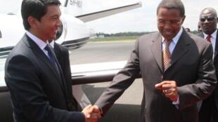 Rais wa Madagascar Andy Rajoelina akisalimiana na rais wa Tanzania Jakaya Kikwete hivi karibuni wakati alipofanya mazungumzo nae jijini Dar es Salaam, Tanzania