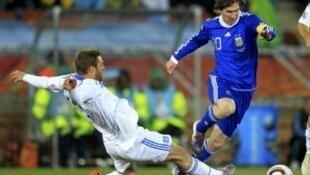 O argentino Lionel Messi dribla o zagueiro grego na partida que confirmou a classificação da Argentina.