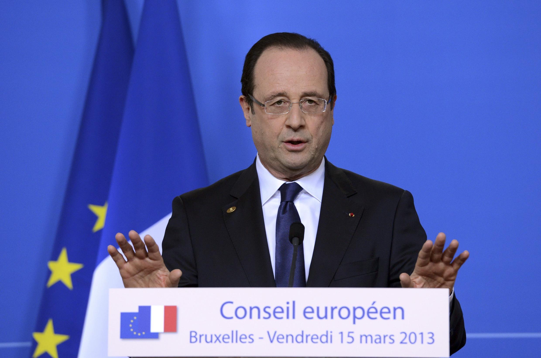 François Hollande pressiona pelo fim do embargo de armas à Síria, em Bruxelas.