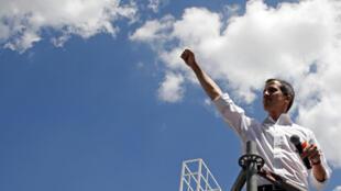 Juan Guaido durante encontro com apoiadores em Los Cortijos, a nordeste de Caracas, neste sábado.