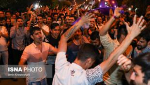 شادی و پایکوبی مردم ایران پس از پیروزی تیم ملی فوتبال این کشور بر مراکش