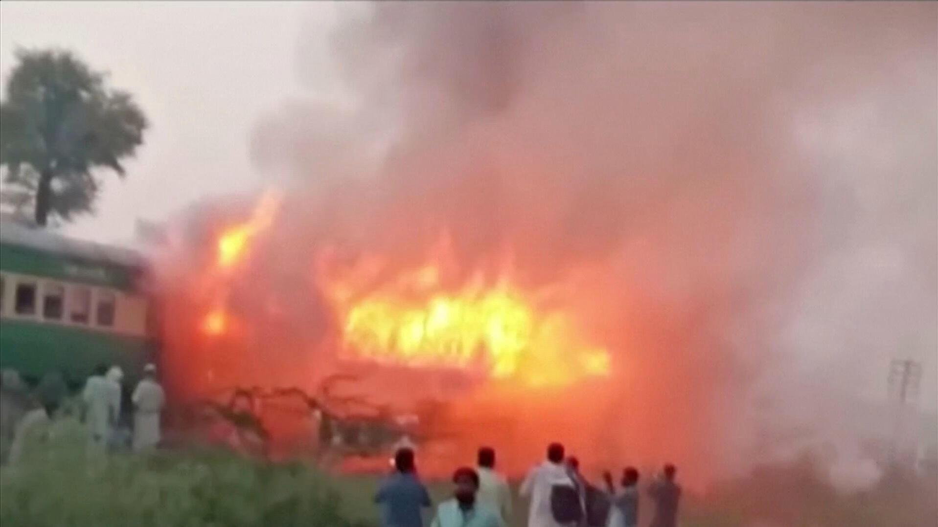 گروهی از مردم برای کمک به خاموش کردن آتش در نزدیکی قطار گردهم آمدند.