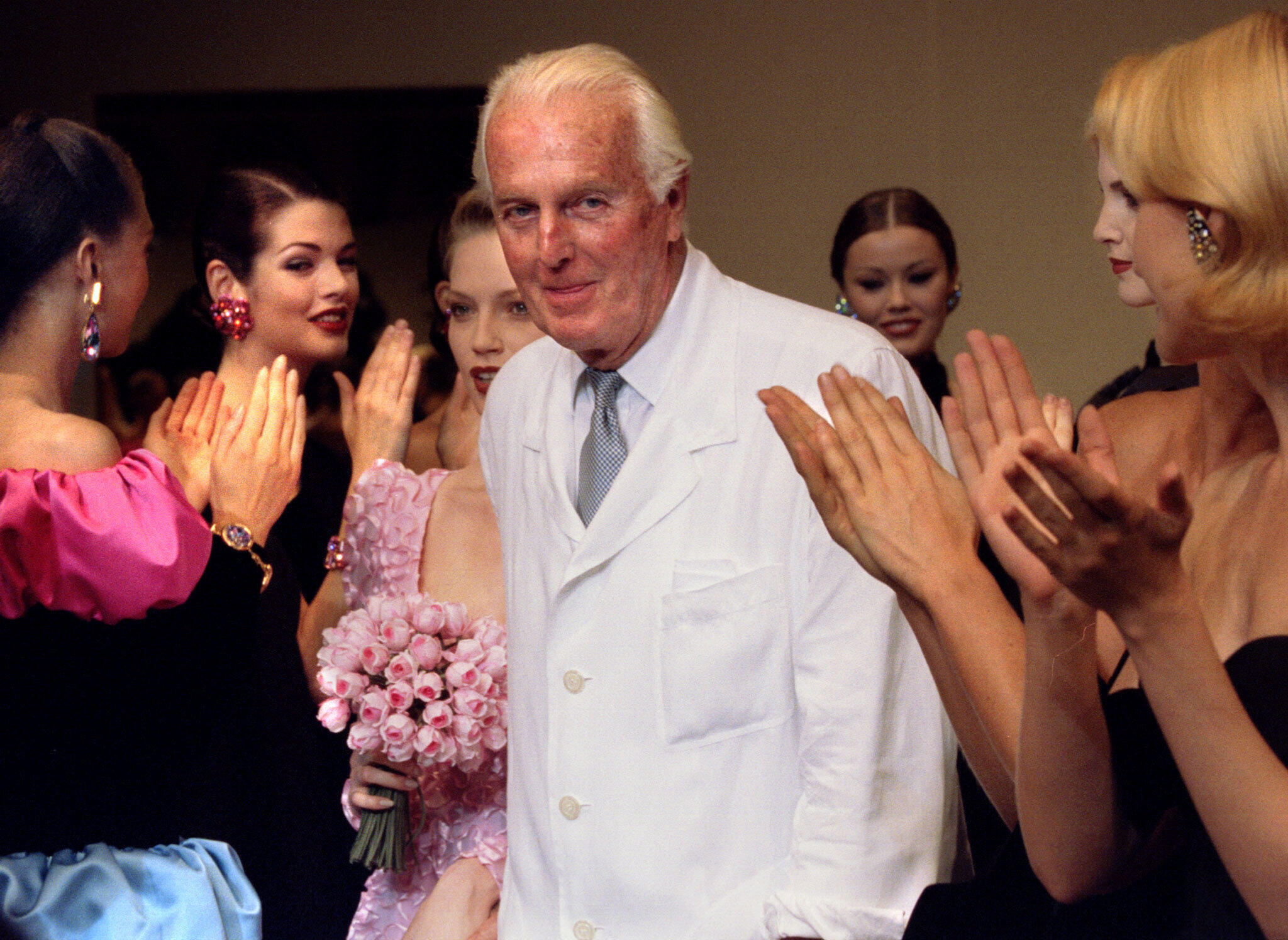 Юбер де Живанши в окружении моделей после презентации коллекции осень-зима 1995 года, Париж.