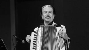 ناصر چشمآذر، آهنگساز پیشرو و معروف ایرانی، روز جمعه ۱۴ اردیبهشت / چهارم مه، بر اثر سکته قلبی در یکی از بیمارستانهای تهران درگذشت.