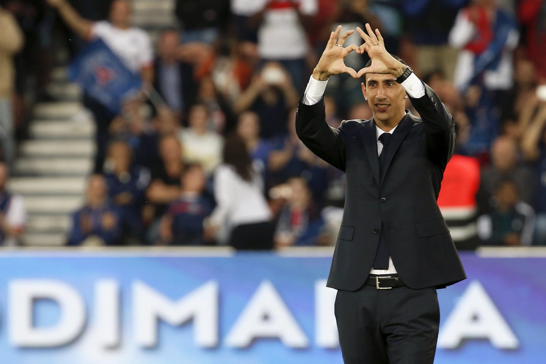 El internacional argentino, Ángel Di María, no jugó el partido pero hizo este cariñoso gesto a los fans del PSG.