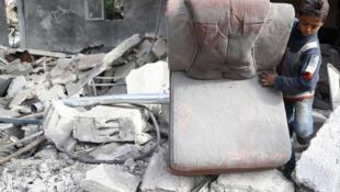 遭遇空襲後的敘利亞城鎮一片狼藉
