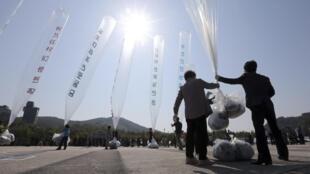 Lâcher de tracts hostiles au régime nord-coréen, dispersés à l'aide de ballons dans la zone frontalière, le 10 octobre 2014. À l'époque, cela avait déclenché un échange de tirs de mitrailleuse de part et d'autre de la frontière des deux Corées.