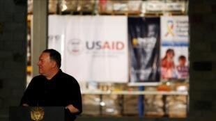 Le secrétaire d'État américain Mike Pompeo tient une conférence de presse devant un entrepôt rempli d'aide humanitaire à destination du Venezuela, le 14 avril 2019.