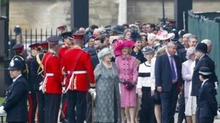Convidados chegando à Abadia de Westminster para assistir a ceremonia do casamento real