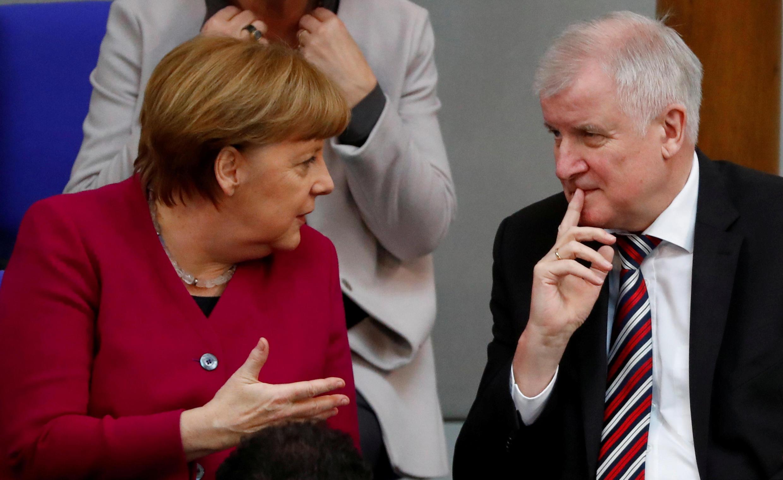 Shugabar gwamnatin Jamus Angela Merkel tare da ministan harkokin wajen kasar Horst Seehofer yayin tattaunawarsu a birnin Berlin bayan kalaman da ya fitar kan 'yan cirani wanda ya sabawa kudirin da gwamnatinta ke kai.