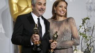 Angelina Jolie và đạo diễn Alfonso Cuarón, tác giả bộ phim Gravity đoạt 7 giải Oscar