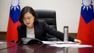 A presidente do Taiwan Tsai Ing-wen fala ao telefone com o presidente americano Donald Trump, em seu escritório em Taipei, 3 de dezembro de 2016.
