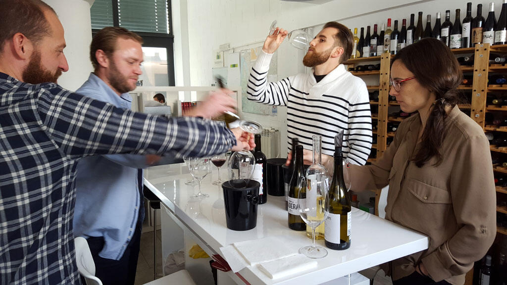 Greg Bulckaert, son sommelier et son équipe commerciale, lors d'une dégustation de vin.