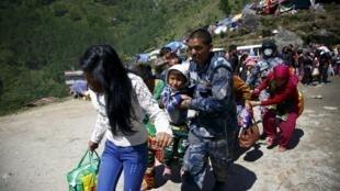 尼泊尔官方报告大地震造成7040人死亡 大批居民逃离农村