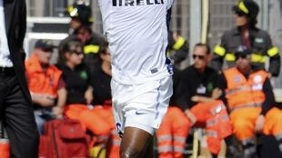 Samuel Eto'o se moque des supporters de Cagliari en mimant un singe.