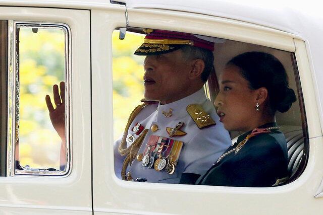 El rey de Tailandia Maha Vajiralongkorn Bodindradebayavarangkun, camino al Gran Palacio de Bangkok, 2 diciembre 2016