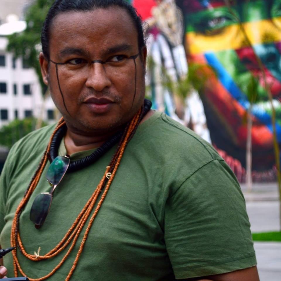 Anápuáka, o fundador da rádio Yandê, a primeira web rádio indígena no Brasil.