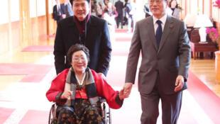 Tổng thống Hàn Quốc Moon Jae In (P) tiếp một phụ nữ Hàn Quốc, bị cưỡng ép vào nhà thổ phục vụ quân đội Nhật Hoàng trước đây, Seoul, ngày 04/01/2018