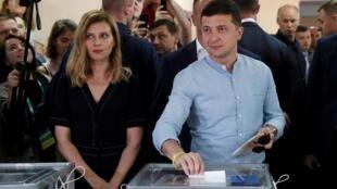 Tổng thống Ukraina Volodymyr Zelenskiy và phu nhân bỏ phiếu tại Kiev, ngày 21/07/2019.