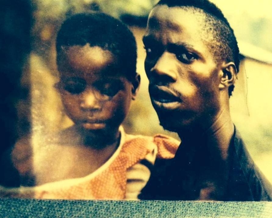 L'artiste avec son père, le maître percutionniste Boni Gnahoré, en Côte d'Ivoire.