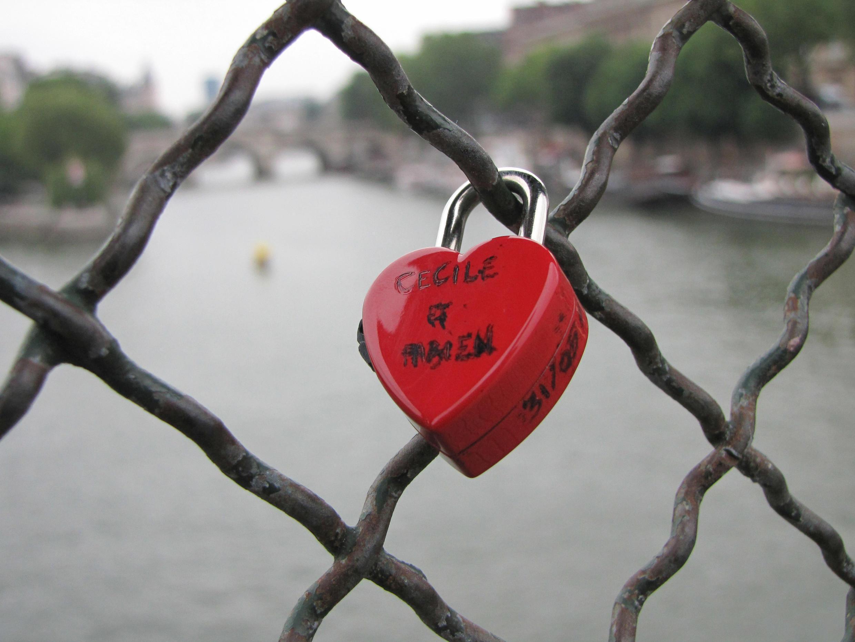 Ổ khóa móc trên thành Cầu Nghệ Thuật (Pont des Arts Paris)