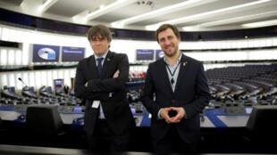 Les anciens membres du gouvernement catalan Carles Puigdemont (g) et Toni Comin dans la salle plénière du Parlement européen à Strasbourg, le 13 janvier 2020.