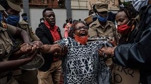 Stella Nyanzi malmenée par la police lors d'une manifestation anti-gouvernemental. LStella Nyanzie 20mai 2020.